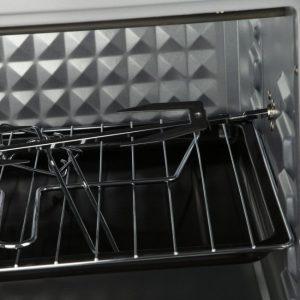 یک سیخ جوجه گردان و شبکه فلزی در این محصول قرار دارد که میتوانید از آن برای درست کردن جوجه یا سوخاری کردن مرغ استفاده نمایید
