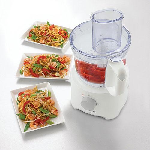 غذاساز کنوود مدل FDP303WH دارای دو تیغه است یک تیغه از جنس استیل ضد زنگ و تیغه دیگر از جنس پلاستیک بوده تا از پس خرد کردن مواد غذایی مختلف از جمله انواع سبزیجات، گوشت و مرغ، پیاز و ... برآید.
