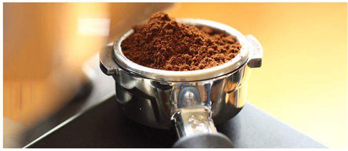 باز کردن قاب صافی بسیار راحت است شما میتوانید با حرکت دسته در جهت عقربه ساعت آن را باز نموده و قهوه را اضافه کنید.