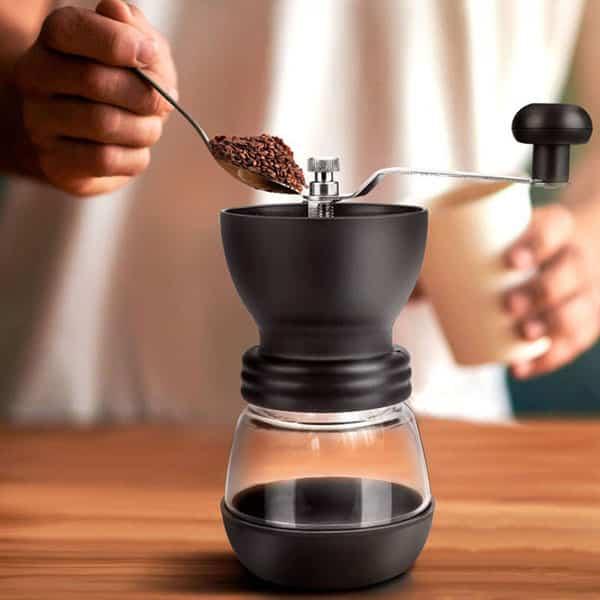وظیفه اصلی آسیابهای قهوه پودر و آرد کردن مواد است که برای این کار دستگاه باید مجهز به تیغههای تیز باشد.