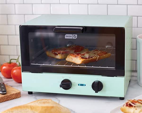 برای گرم کردن مجدد غذا بهترین گزینه آون توسترها هستند. این وسیله در کمترین زمان و بدون از دست دادن خواص مواد آنها را گرم و آماده خوردن میکند.