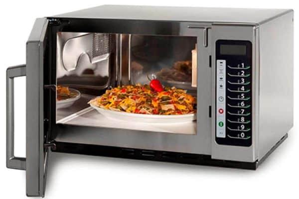 مایکروویو میتواند مواد غذایی شما را در کمترین زمان ممکن گرم کرده تا دغدغهی ایستادن کنار ظرف غذا و نسوختن آن را نداشته باشید.