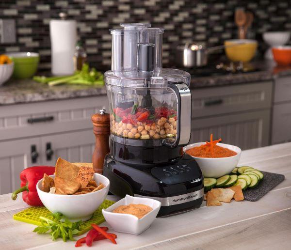 دستگاههای غذاساز معمولا دارای یک کلید ضامن ایمنی میباشند که تا تمام قطعات به درستی سرجای خود قرار نگیرند روشن نمی شود.