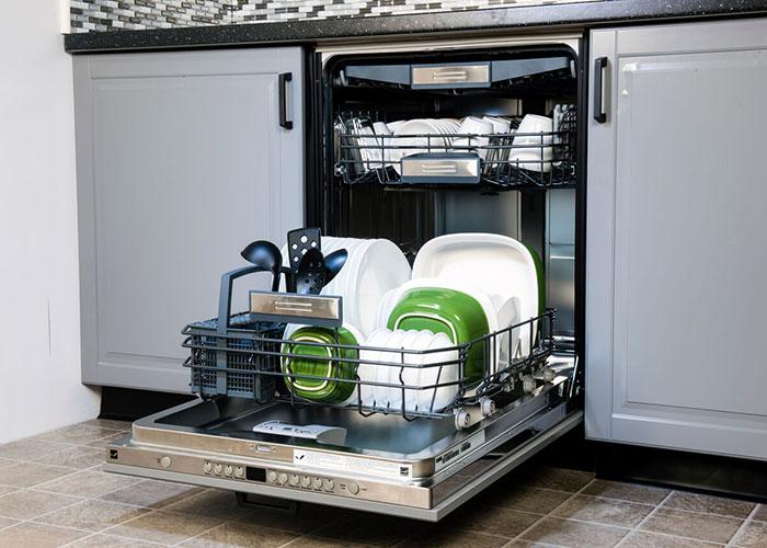 جنس مخزن ماشین ظرفشوییها میتواند متفاوت باشد، مدلهای ارزانتر معمولا دارای مخزنی از جنس پلاستیک هستند و مدلهای گرانتر مخزنی از جنس استیل ضد زنگ و یا فولادی دارند.