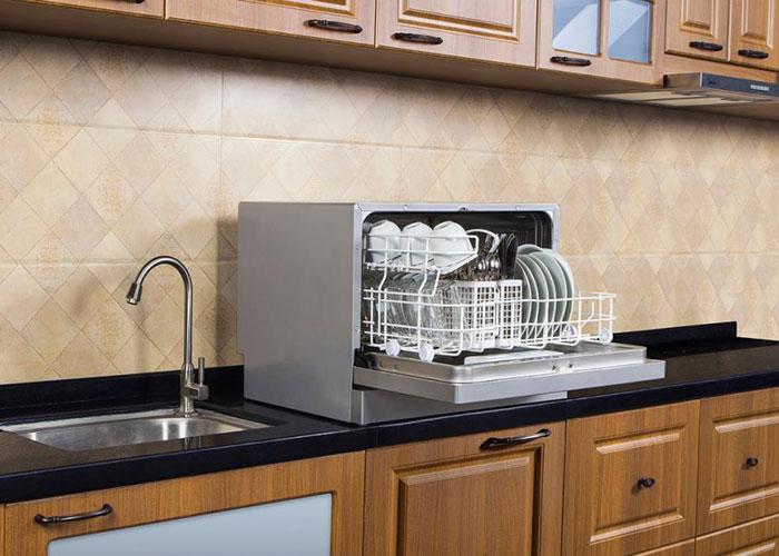 اگر خانوادهی شما پر جمعیت است مدلهای مبله انتخاب بهتری برای شما هستند اما اگر فضای زیادی در آشپزخانه ندارید و ظروف در خانهی شما کمتر کثیف میشوند، بهتر است سراغ مدلهای رومیزی بروید.