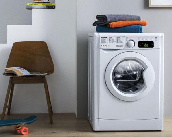 برخی از ماشین لباسشوییها دارای قابلیت تاخیر در شستشو هستند با این قابلیت میتوانید دستگاه را تنظیم کنید تا حتی در مواقعی که خانه نیستید لباسشویی بطور خودکار شروع به کار کرده و لباسها را بشوید.