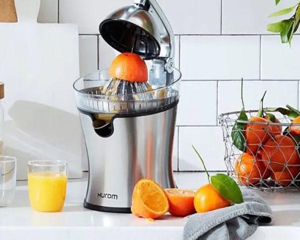 آب مرکبات گیر یکی از لوازم کاربردی در آشپزخانه است، برخی این محصول را با نام آب پرتقال گیری میشناسند.